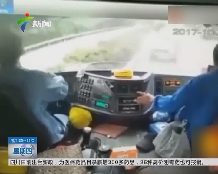 南京:惊险!大货车车底蹿出一辆小轿车