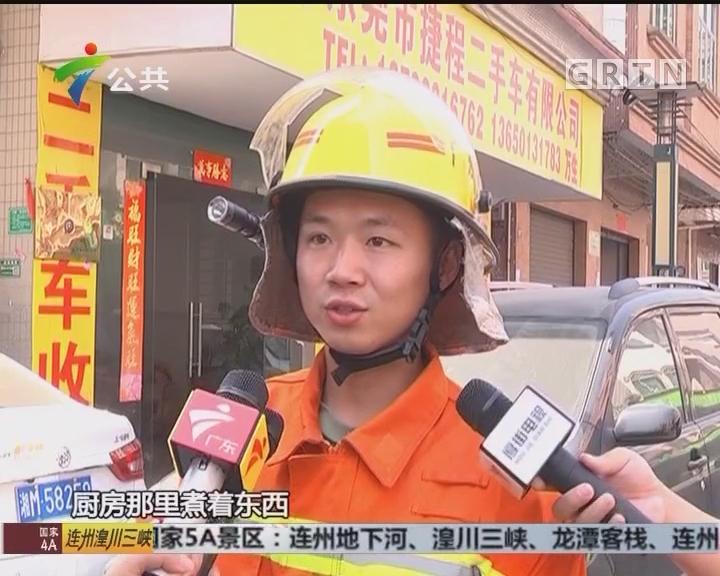 """东莞:一岁孩童反锁家中 消防员""""空降""""救人"""