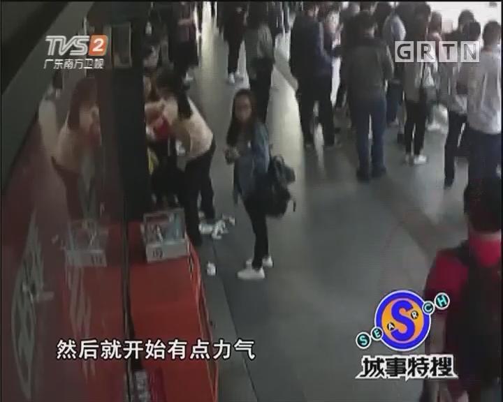 女生站台突发晕倒 站务员紧急救助
