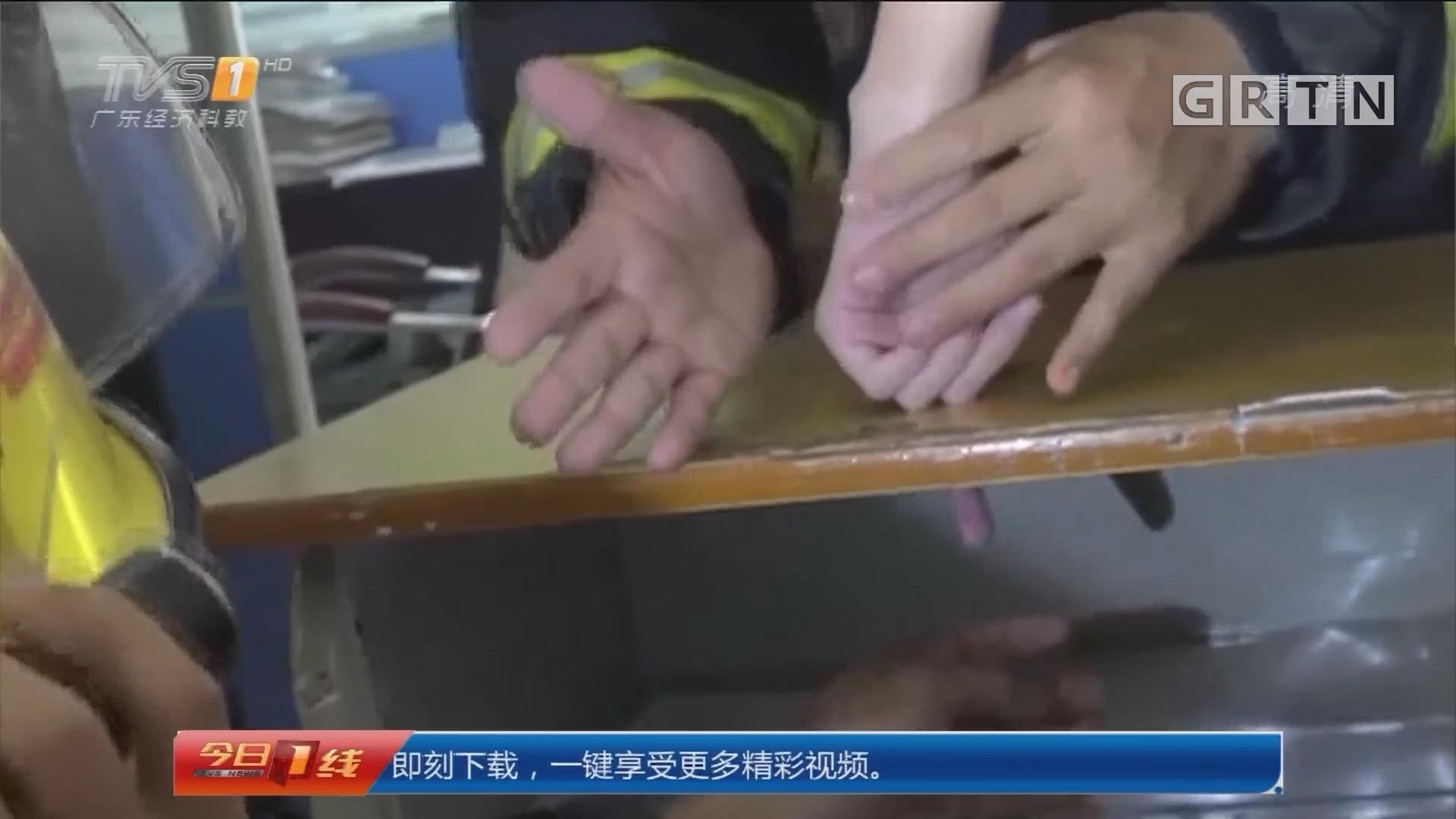 广东中山:学生食指被卡课桌 消防及时救援