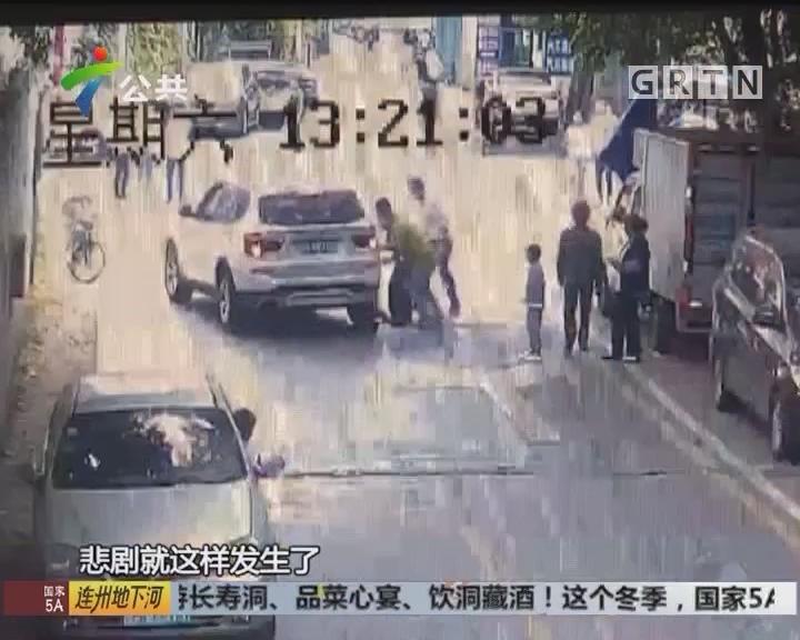 孩童追逐被碾压 热心路人抬车救人