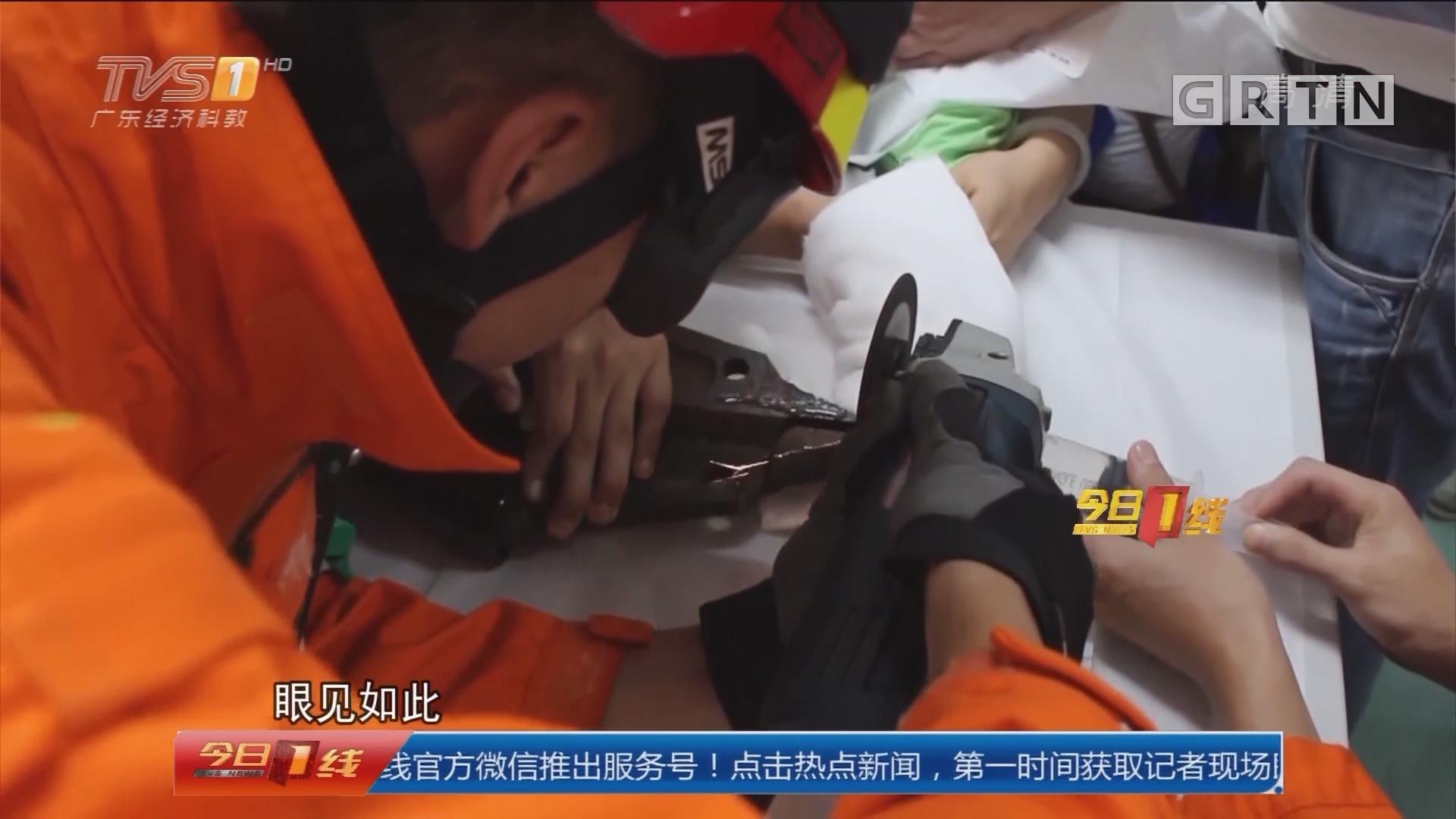 """关注儿童安全:深圳福田 玩铁环被""""咬住"""" 消防急救幼儿"""