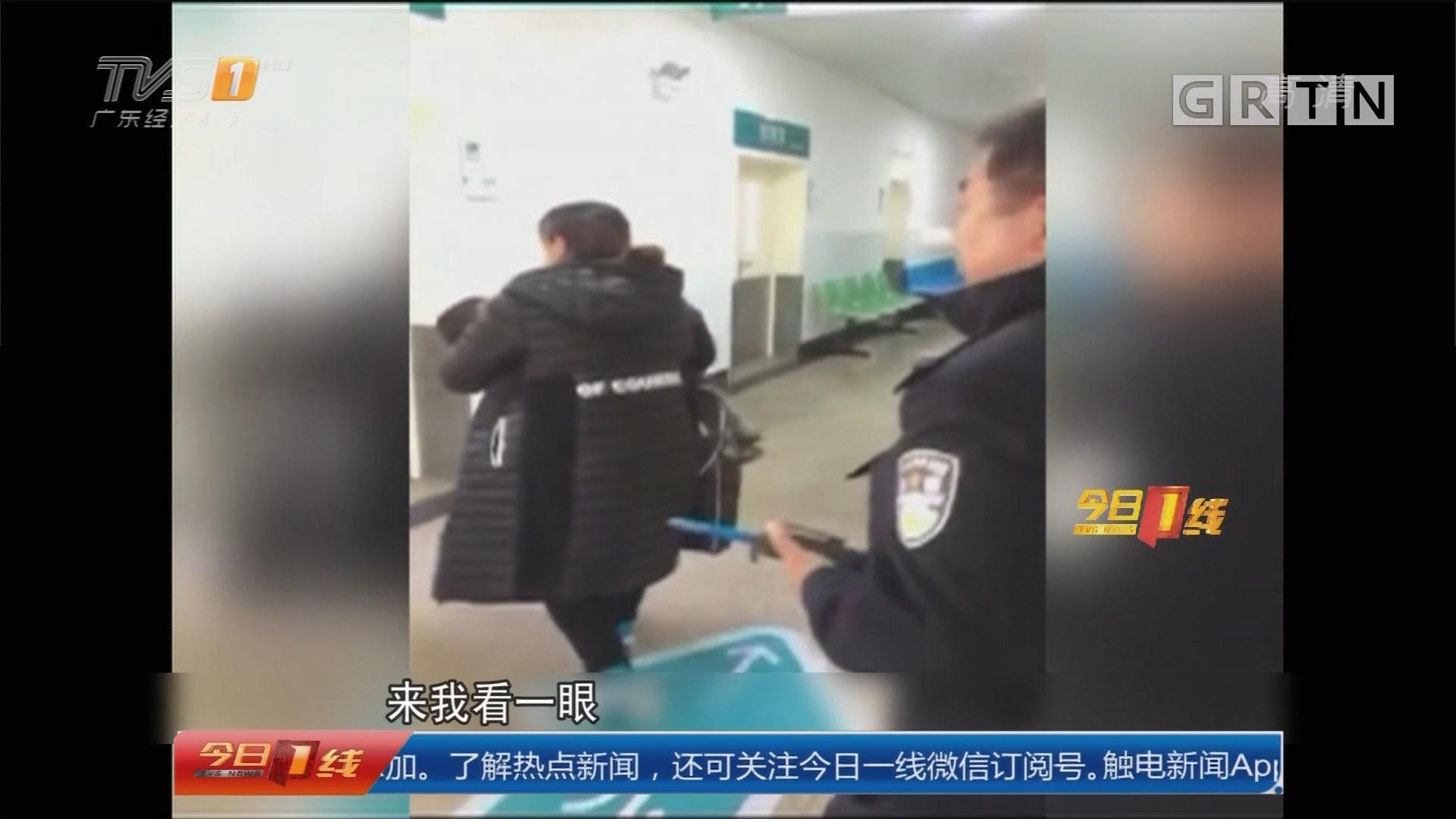 秦皇岛:小孩玩刀被割伤急送医 交警开辟救援通道