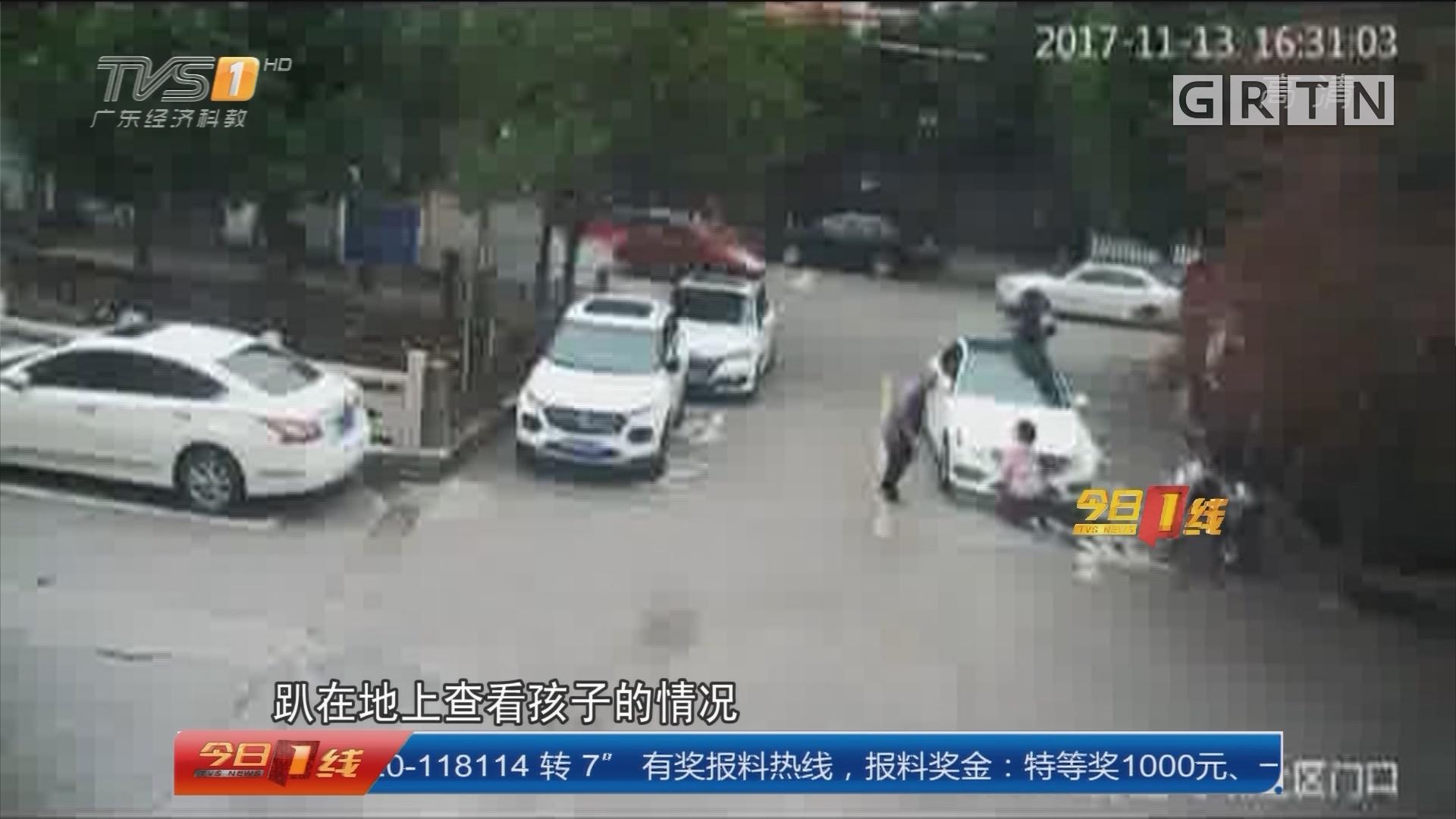 温州:男孩系鞋带被卷车底 街坊抬车救人