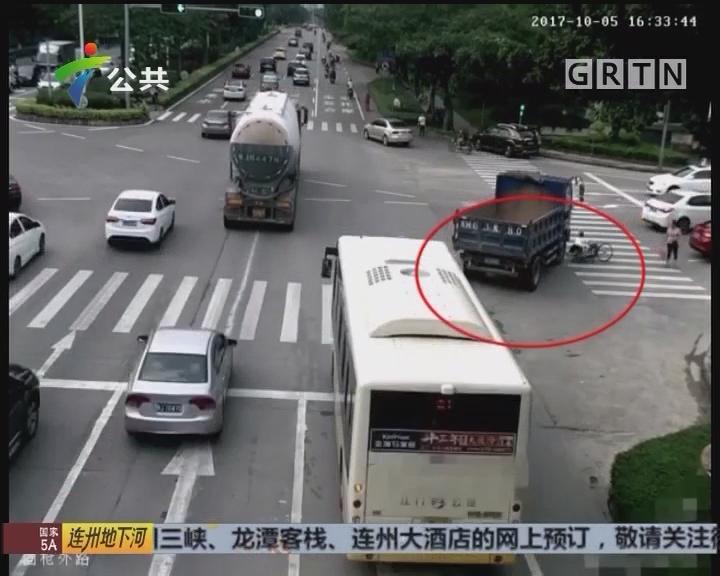 江门:大货车碾压自行车 上演惊魂一幕
