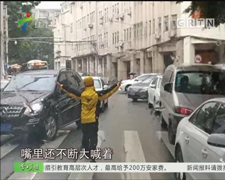 """雨天救护车被堵 外卖哥变身""""协管员""""疏堵"""