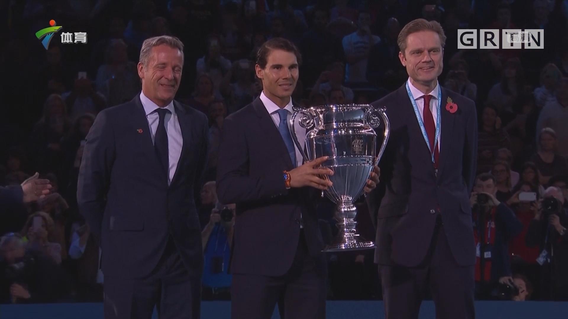 纳达尔领取ATP年终总冠军奖杯