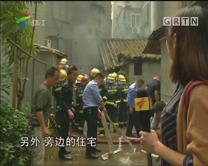 """广州:""""房中房""""起火 消防搬出数个气瓶"""