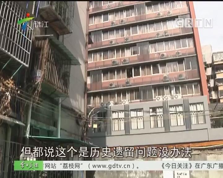 广州:旧楼欲加装电梯 奈何围墙拦了路