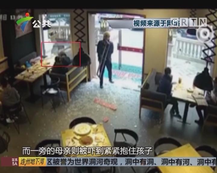 """汕头:取餐撞碎商家玻璃门 外卖小哥吓到""""禁止"""""""