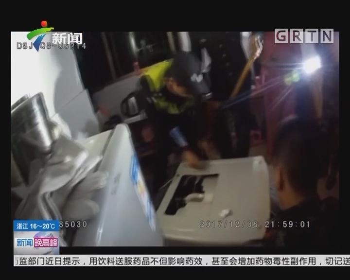 佛山:女童被卡洗衣机中 公安消防合力救出