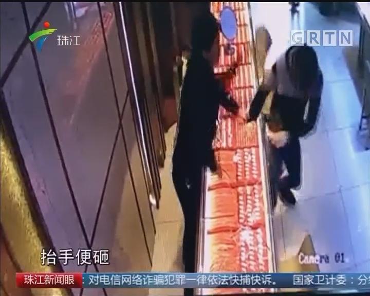 茂名:悍匪孤身劫店 众人合力制服