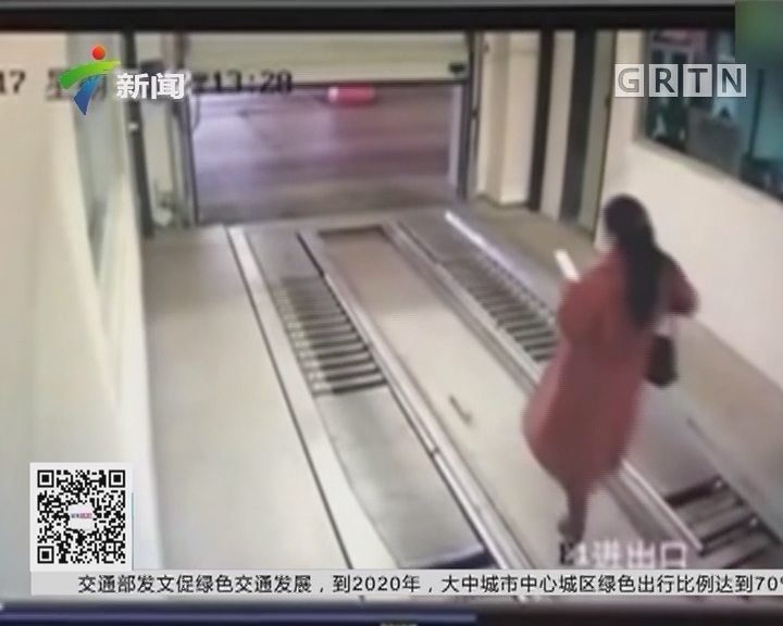 江苏:女子走路玩手机误入立体车库