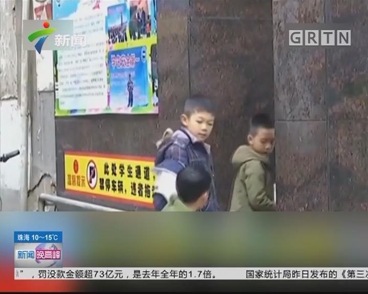 江西上饶:人贩子当街掳小孩 路人出手相救