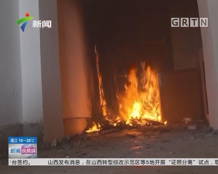 消防安全:圣诞树易燃 消防员实测两分钟烧完