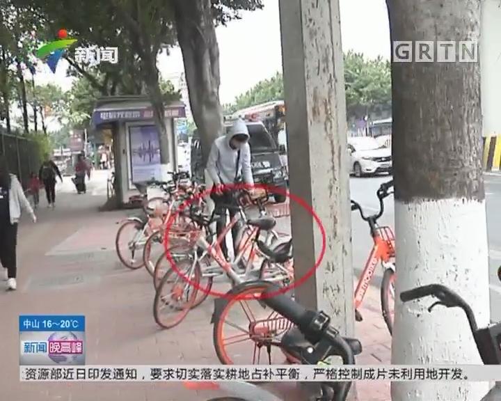 """共享单车乱象 如何""""治""""?单车乱象——小区门前""""叠罗汉""""""""睡大觉"""""""