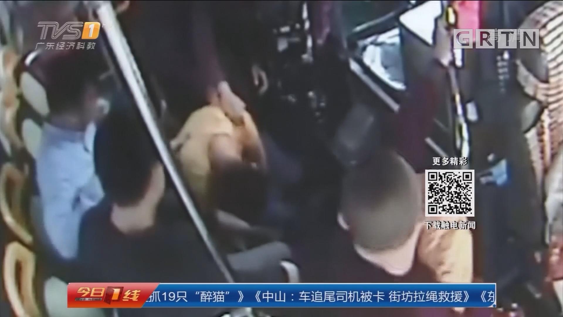 广州:男子公交上疑发癫痫 幸得及时救助