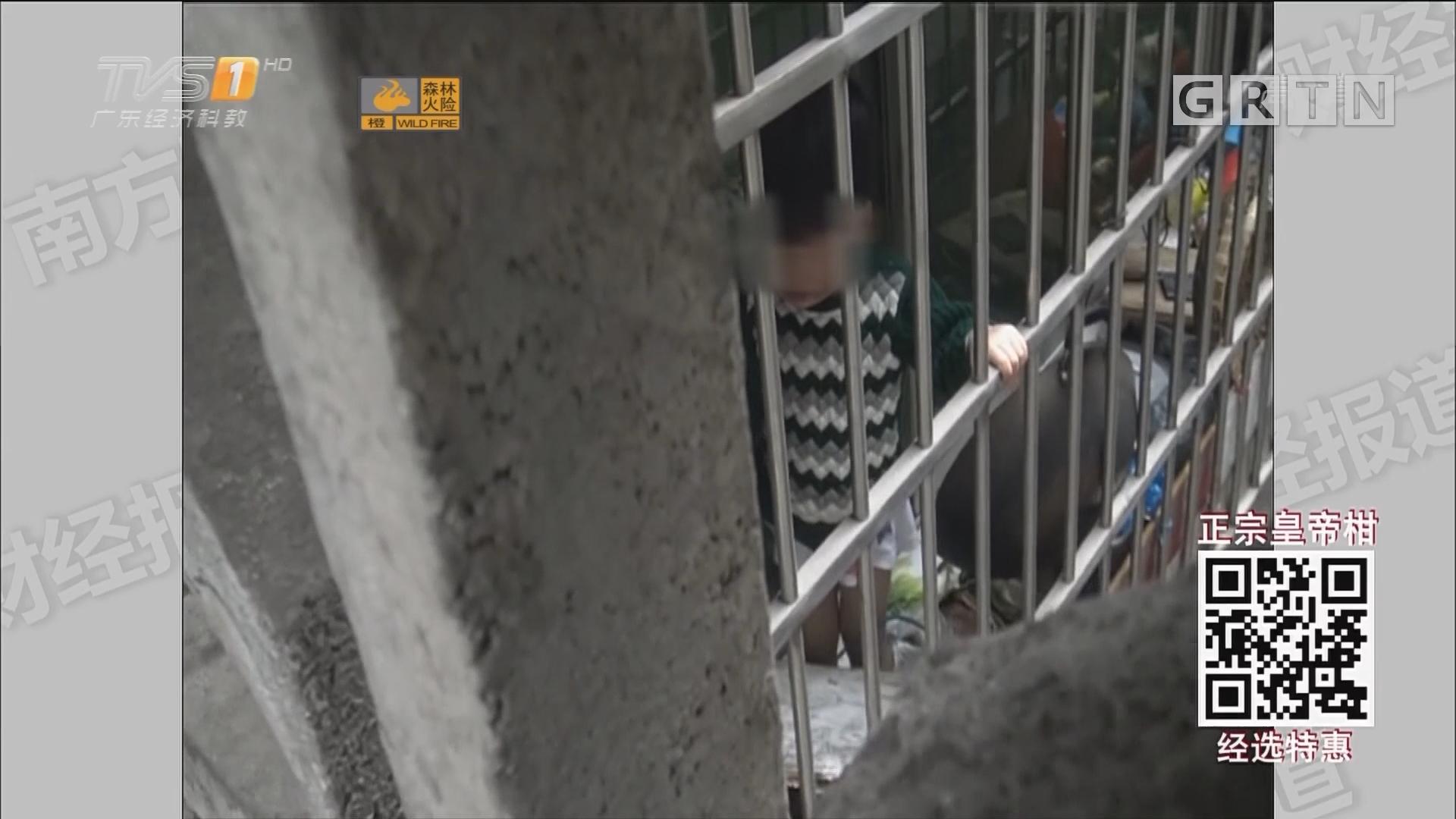 惊险!独留小孩在家中 爬上栏杆酿险情
