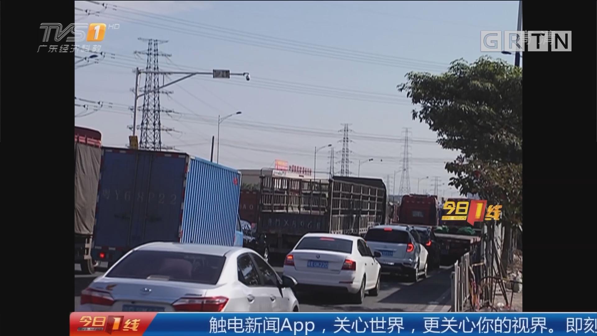 广州鸦岗大道:鸦岗大道突发地陷 严重影响交通