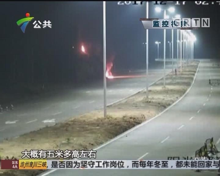 珠海:小车失控撞向山脚 引发山火