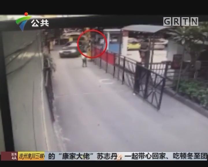广州:小学生钻小区栏杆 不料被卡住升空