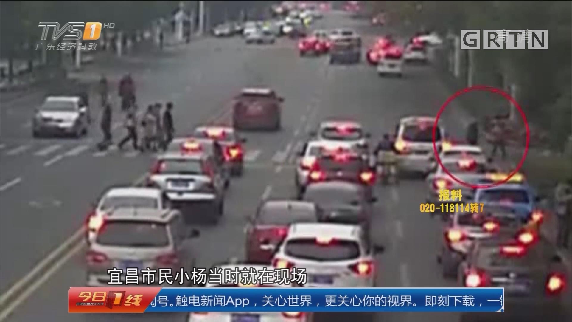 湖北宜昌:行人蹒跚过斑马线 30多辆车静候45秒