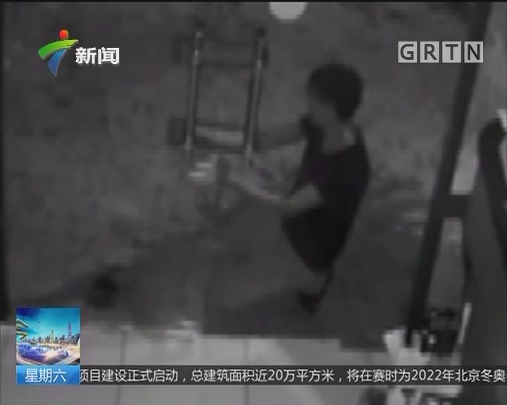 警情实录:徒手拉开玻璃门 男子专偷沿街商铺
