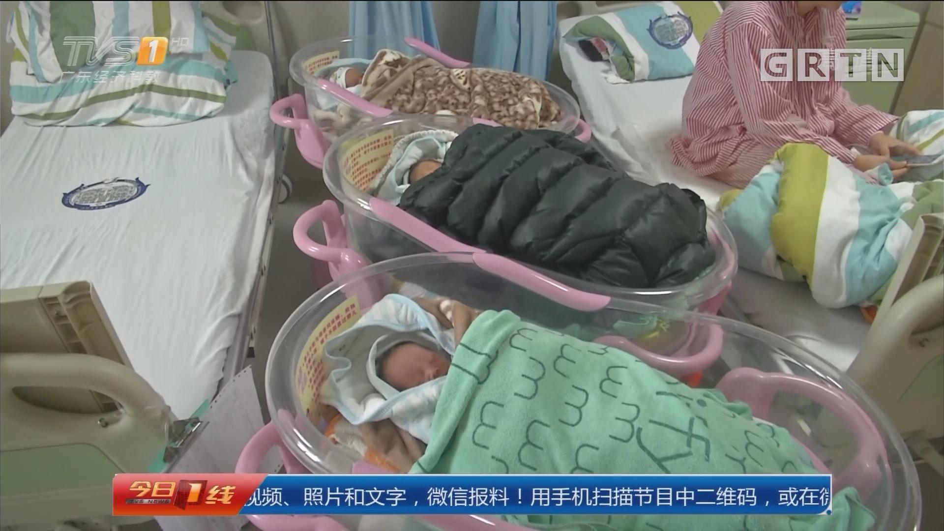 """江门:幸运妈妈""""一年抱四"""" 顺产同卵三胞胎"""