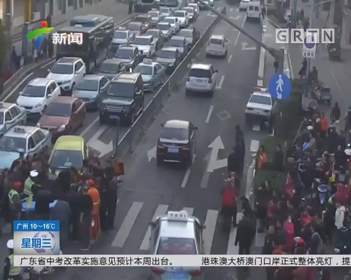 山东济南:送孩子上学发生事故 过往群众抬车救人