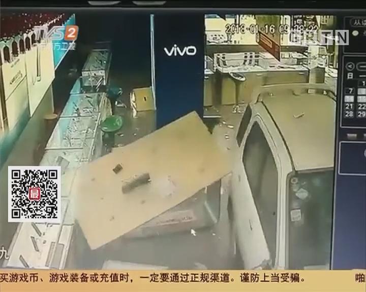 """珠海香洲:""""失魂""""小车横扫手机店 两人险被撞"""