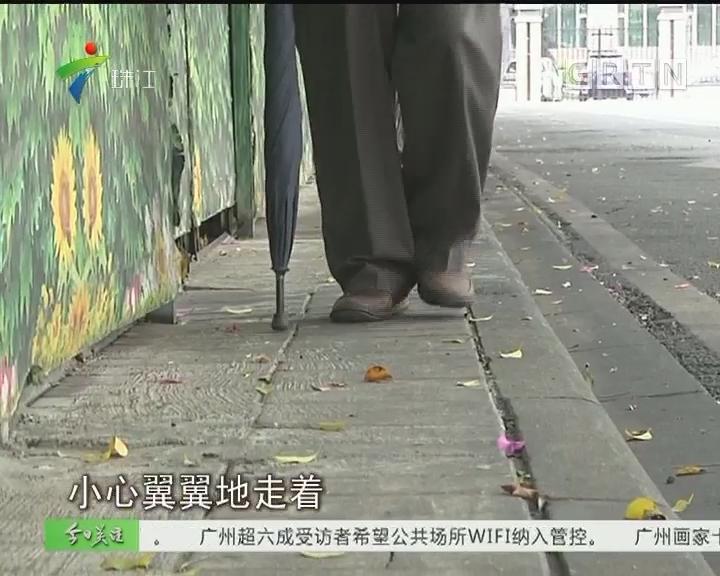 """广州:人行道被占道围闭 """"拦腰斩断"""""""