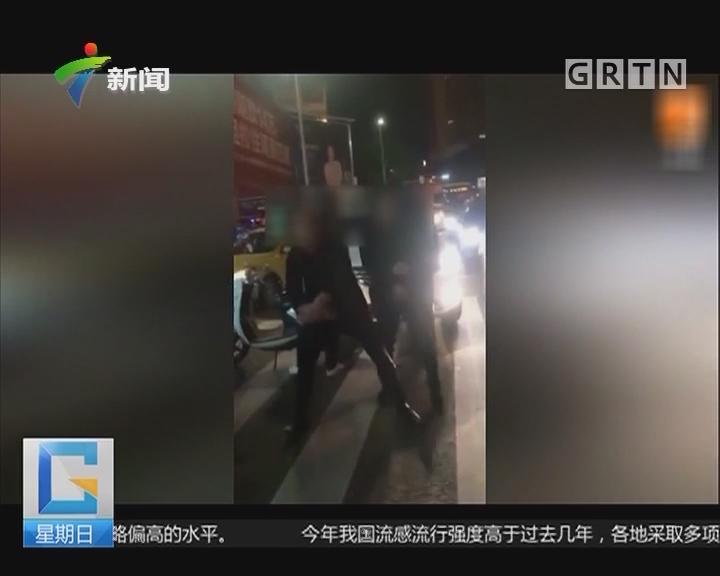 """广西:俩男子车祸现场疯狂""""尬舞"""""""