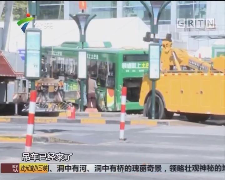 广州火车站广场 一公交车疑失控撞上4辆的士