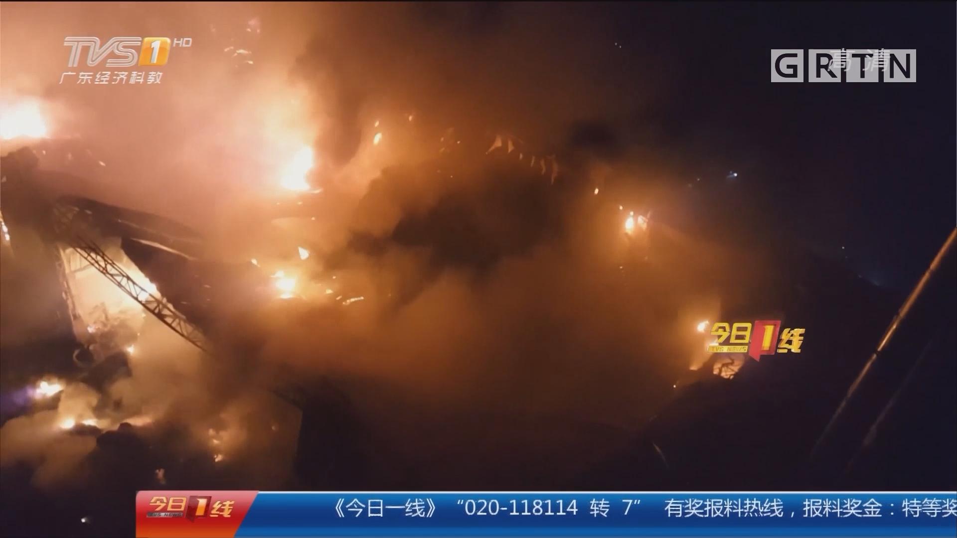 中山东凤:废品站突发大火 火烧连营