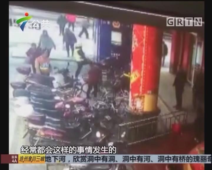 街坊举报:交警处理车辆 不断伸脚飞踹