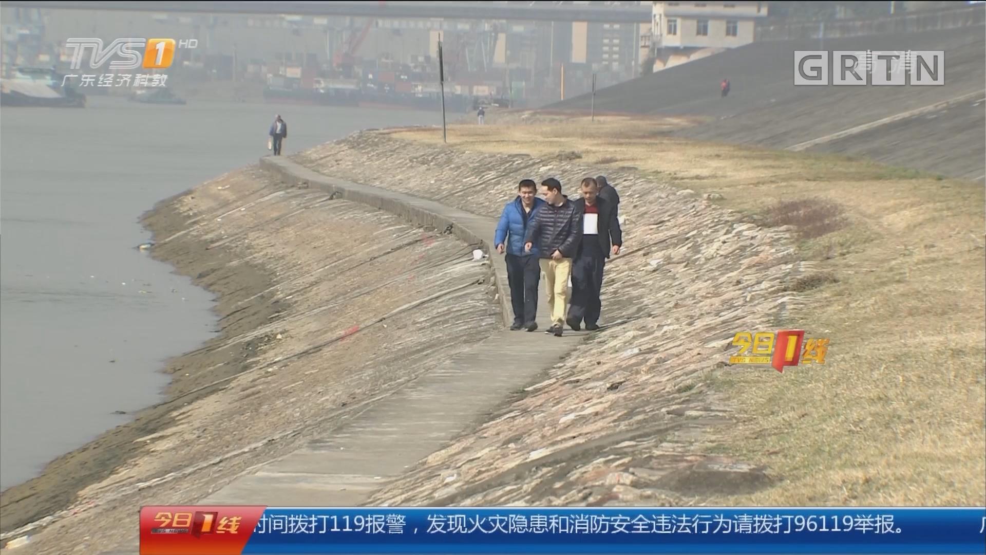 佛山三水:堤边散步不慎坠江 路人相救双双落水