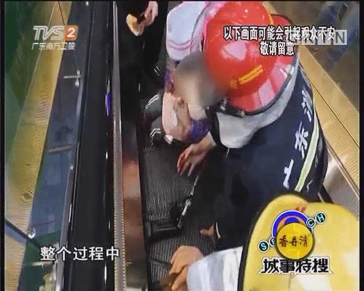 三岁小孩手卷手扶电梯