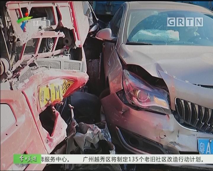 中山:8车连环相撞 小车撞扁司机生还
