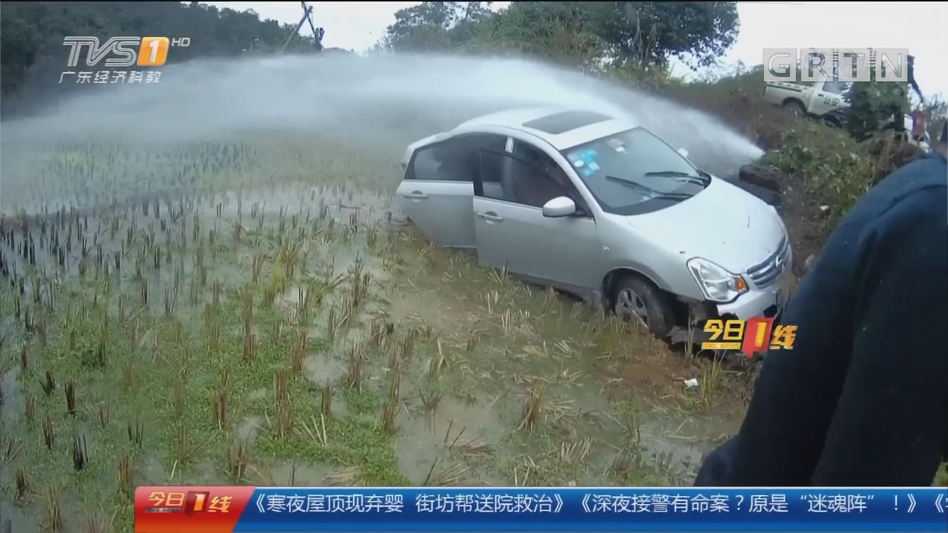 交通安全:肇庆 三人被困车内 民警冒雨施救