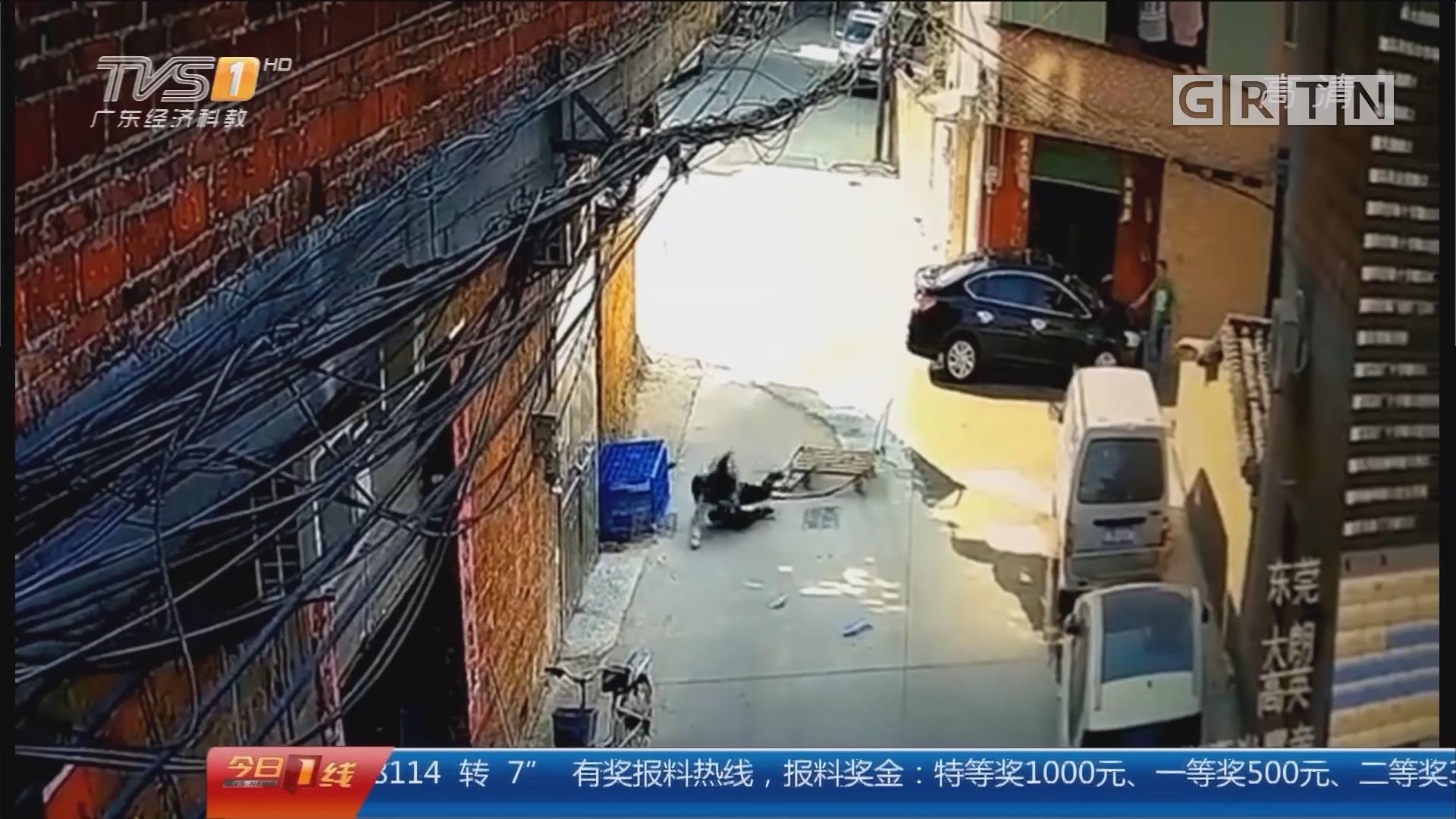 东莞大朗:手推车从三楼坠落 母子路过被砸中