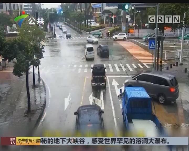 珠海:骑车男子被卷入车底 路人合力抬车救人
