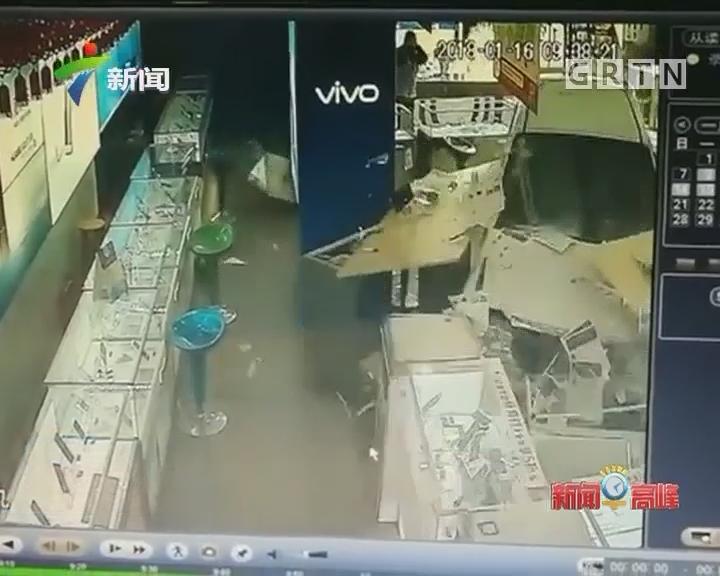 """珠海:小车横扫手机店 撞飞""""50万"""""""