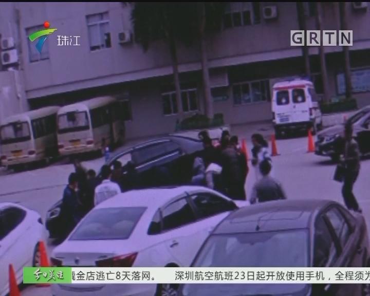 男童被卷车底 警民联手抬车救人