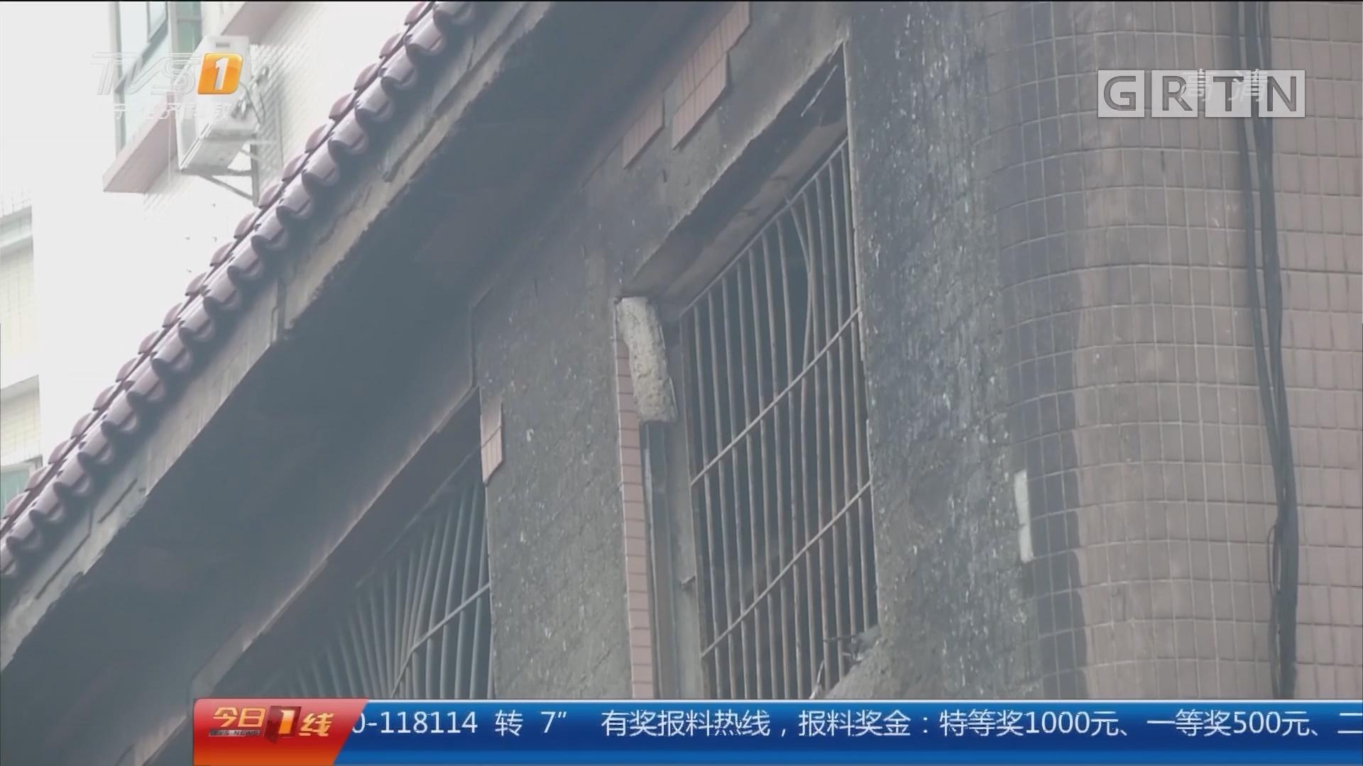 深圳宝安:民房大火 消防营救楼顶被困人员