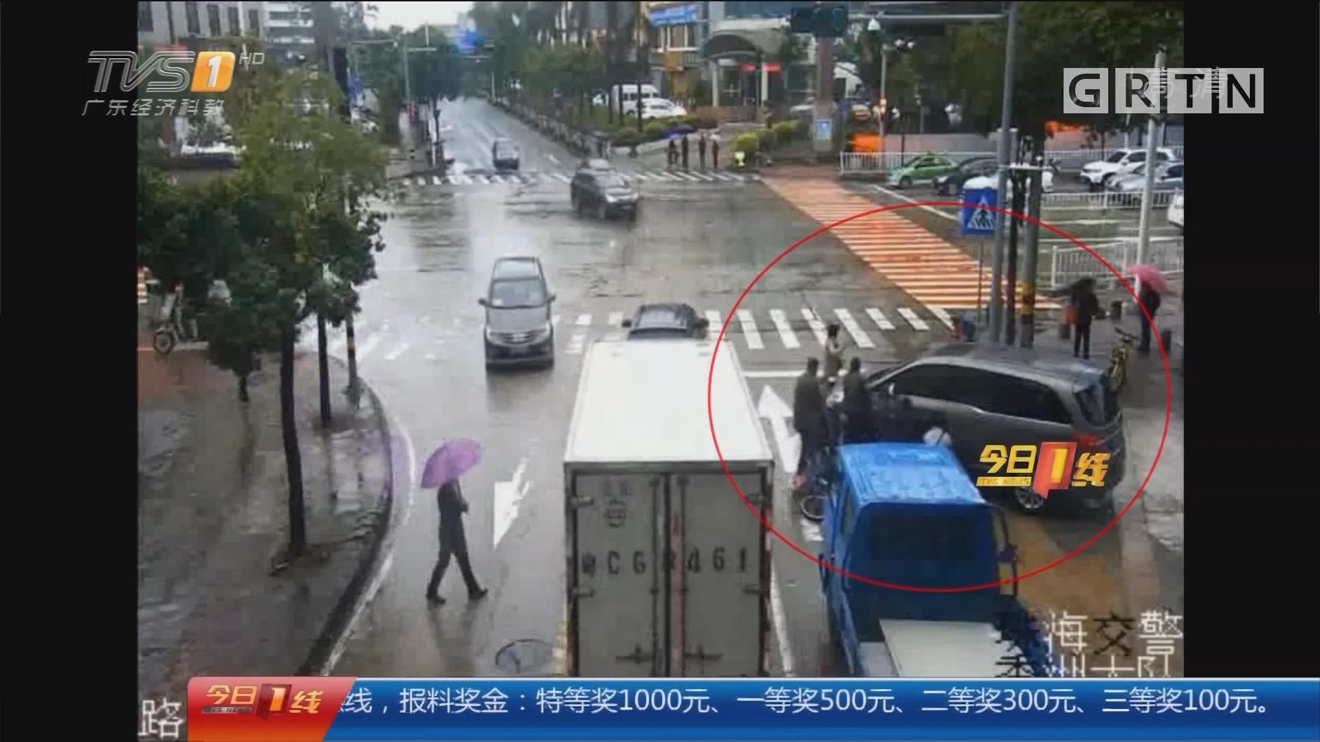 """系列专栏""""温度"""":珠海 老人被撞卷车底 路人合力抬车救人"""