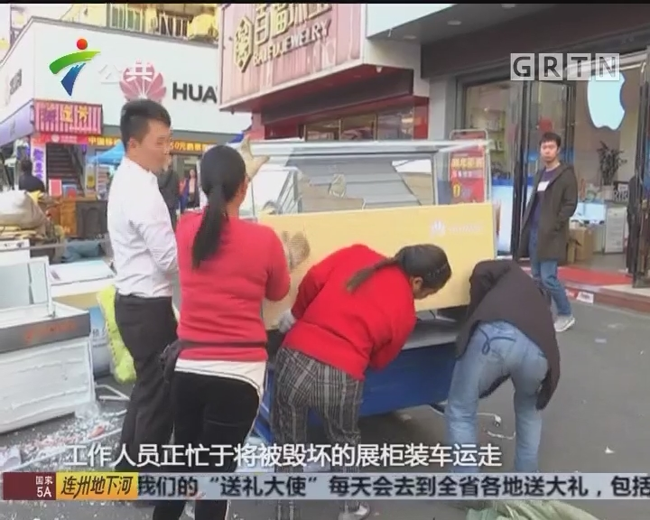 珠海:失魂小车冲进店铺 店员捂头逃开