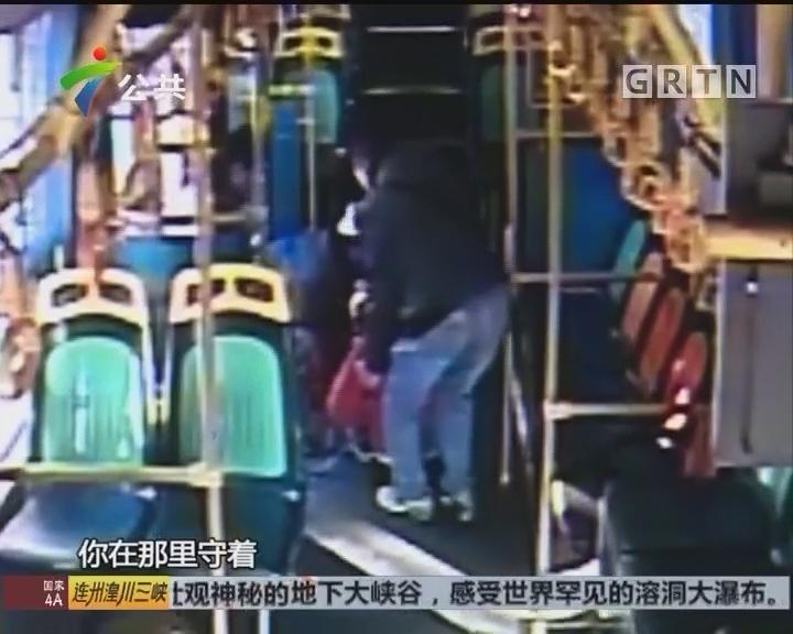 女子被汽车撞伤 热心司机街坊合力救人