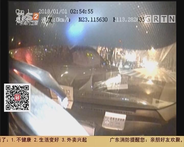 广州:无牌路虎冲红灯撞的士 警方已介入