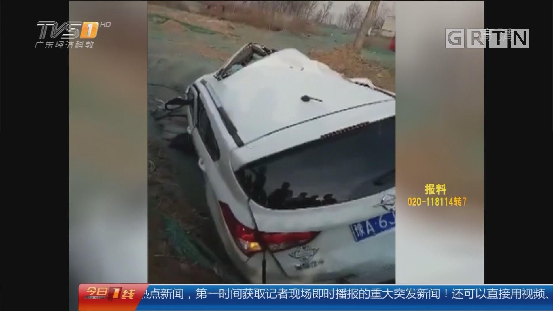 郑州:男子持铁锤猛砸车 救出三孩子