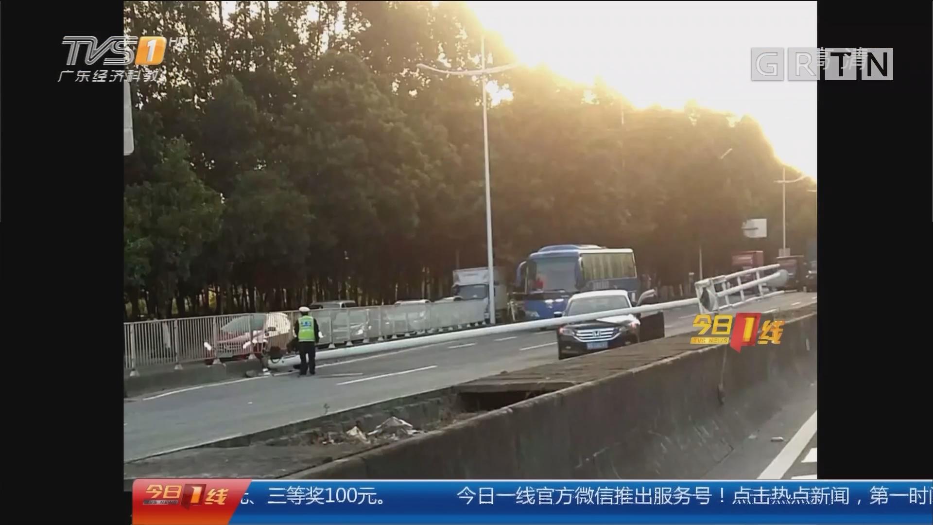 东莞南城区:路灯横倒砸中小车 致大堵塞